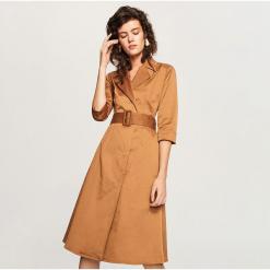 Sukienka z kołnierzem - Beżowy. Brązowe sukienki z falbanami marki Reserved. Za 229,99 zł.