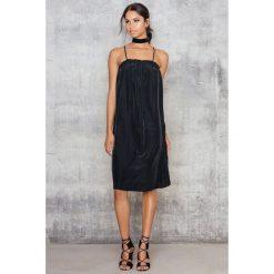Sukienki boho: NA-KD Sukienka z ramiączkami skrzyżowanymi na plecach - Black