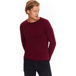 SWETER MĘSKI Z NIEWYKOŃCZONĄ KRAWĘDZIĄ. Brązowe swetry klasyczne męskie Top Secret, na jesień, m, z golfem. Za 39,99 zł.