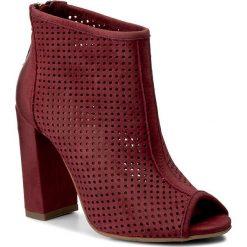 Botki CARINII - B3881 I39-000-000-C15. Czerwone buty zimowe damskie Carinii, z nubiku, na obcasie. W wyprzedaży za 259,00 zł.