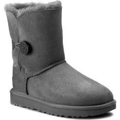 Buty UGG - W Bailey Button II 1016226 W/Grey. Szare buty zimowe damskie marki Ugg, z materiału, z okrągłym noskiem. Za 989,00 zł.