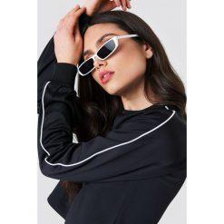 NA-KD Krótka bluza sportowa - Black. Czarne bluzy sportowe damskie marki NA-KD, z poliesteru, z długim rękawem, długie. W wyprzedaży za 70,67 zł.