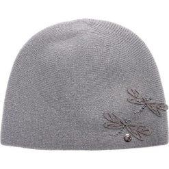 Szara czapka z filcowymi ważkami QUIOSQUE. Szare czapki zimowe damskie QUIOSQUE, na zimę, z dzianiny. W wyprzedaży za 79,99 zł.