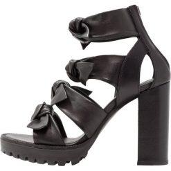 AllSaints MIKI Sandały na obcasie black. Czarne sandały damskie AllSaints, z materiału, na obcasie. W wyprzedaży za 479,60 zł.