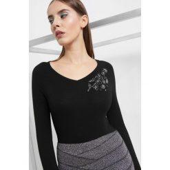 Sweter z aplikacją z koralików. Czarne swetry klasyczne damskie Orsay, s, z dzianiny, dekolt w kształcie v. Za 99,99 zł.