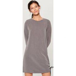 Dzianinowa sukienka z wiązaniem - Szary. Szare sukienki dzianinowe Mohito, l. W wyprzedaży za 79,99 zł.