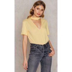 NA-KD T-shirt z dekoltem V - Yellow. Żółte t-shirty damskie marki Mohito, l, z dzianiny. W wyprzedaży za 18,29 zł.