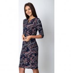 Wzorzysta sukienka z ozdobnym dekoltem QUIOSQUE. Szare długie sukienki marki QUIOSQUE, na imprezę, w kolorowe wzory, z dzianiny, z długim rękawem, proste. W wyprzedaży za 99,99 zł.