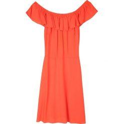 SUKIENKA Z ODKRYTYMI RAMIONAMI I FALBANĄ. Czerwone sukienki z falbanami marki Top Secret, na lato, eleganckie, z odkrytymi ramionami. Za 34,99 zł.