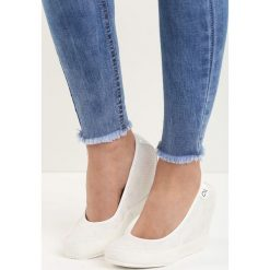 Białe Koturny Casual Step. Białe buty ślubne damskie Born2be, z lakierowanej skóry, z okrągłym noskiem, na koturnie. Za 89,99 zł.