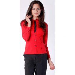 Klasyczna Czerwona Taliowana Koszula z Czarną Taśmą przy Guzikach. Czerwone koszule wiązane damskie Molly.pl, l, eleganckie, z klasycznym kołnierzykiem, z długim rękawem. Za 149,90 zł.