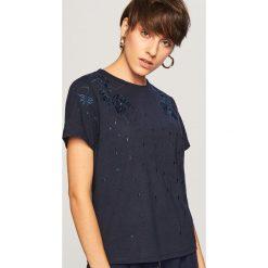 T-shirt z wyhaftowanym wzorem - Granatowy. Białe t-shirty damskie marki Reserved, l, z dzianiny. Za 39,99 zł.