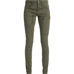 GStar POWEL MID SKINNY COJ  Jeansy Slim Fit sage. Białe jeansy damskie marki G-Star, z nadrukiem. W wyprzedaży za 375,20 zł.