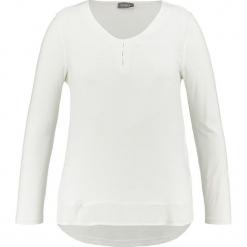 Koszulka w kolorze kremowym. Białe bluzki longsleeves SAMOON, z okrągłym kołnierzem. W wyprzedaży za 78,95 zł.