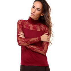 Koszulka w kolorze bordowym. Czerwone bluzki koronkowe marki Assuili, klasyczne, ze stójką, z długim rękawem. W wyprzedaży za 58,95 zł.