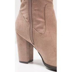Madden Girl CINDER Kozaki na obcasie dark taupe. Różowe buty zimowe damskie Madden Girl, z materiału, na obcasie. W wyprzedaży za 237,30 zł.