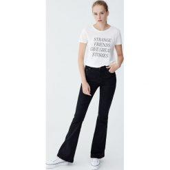 Spodnie dzwony ze średnim stanem. Czarne spodnie z wysokim stanem Pull&Bear, z jeansu. Za 79,90 zł.
