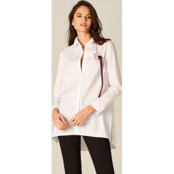Koszula oversize z ozdobną broszką - Biały. Białe broszki damskie marki Mohito. W wyprzedaży za 79,99 zł.