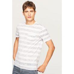 T-shirt w paski z kieszonką - Biały. Białe t-shirty męskie marki Reserved, l, z dzianiny. W wyprzedaży za 24,99 zł.