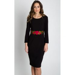 Sukienki balowe: Dopasowana sukienka z haftem na przodzie BIALCON