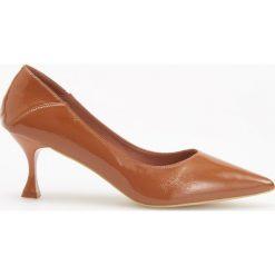 Czółenka na średnim obcasie - Brązowy. Białe buty ślubne damskie marki Reserved, na wysokim obcasie. Za 139,99 zł.