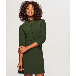 Sukienka z wiązaniem przy szyi - Khaki. Brązowe sukienki z falbanami marki Reserved, na imprezę. Za 119,99 zł.