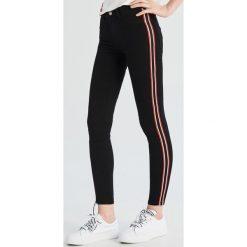 7fcb292b75aa7e Jeansy skinny z lampasami - Czarny. Czarne jeansy damskie Sinsay, bez  wzorów, z