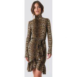 NA-KD Trend Sukienka Leo Polo - Brown,Multicolor. Brązowe sukienki asymetryczne NA-KD Trend, w paski, z asymetrycznym kołnierzem. Za 161,95 zł.