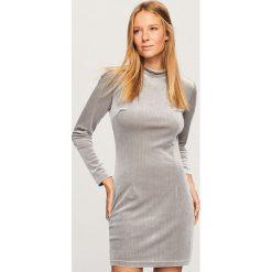 Aksamitna sukienka mini - Jasny szar. Szare sukienki mini marki Reserved. Za 99,99 zł.