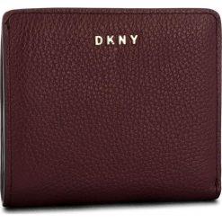 Mały Portfel Damski DKNY - Bifold Wallet R83ZA657 Blood Red XOD. Czerwone portfele damskie DKNY, ze skóry. Za 339,00 zł.