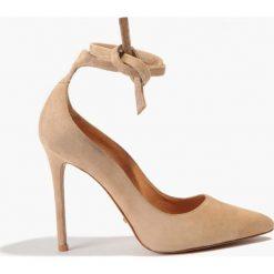 Buty ślubne damskie: Czółenka beżowe wiązane na kokardę