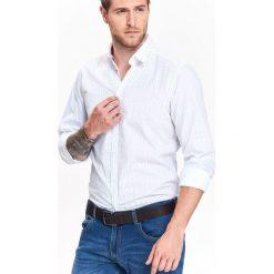 KOSZULA MĘSKA O DOPASOWANYM KROJU Z NADRUKIEM. Szare koszule męskie marki Top Secret, m, z klasycznym kołnierzykiem, z długim rękawem. Za 49,99 zł.