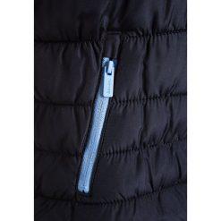 Bench WADDED JACKET Kurtka zimowa essentially navy. Szare kurtki chłopięce zimowe marki Bench, z bawełny, z kapturem. W wyprzedaży za 271,20 zł.
