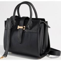 Torebka city bag z ozdobnym zapięciem - Czarny. Czerwone torebki klasyczne damskie marki Mohito, z bawełny. Za 119,99 zł.