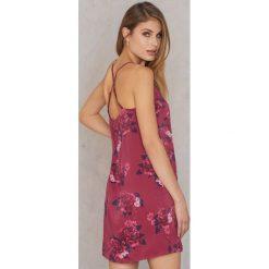 Qontrast X NA-KD Satynowa sukienka z ramiączkami skrzyżowanymi na plecach - Pink,Multicolor. Różowe sukienki mini marki Qontrast x NA-KD, z satyny, z dekoltem na plecach. W wyprzedaży za 48,59 zł.