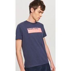 T-shirty męskie: T-shirt z napisem locals only – Granatowy