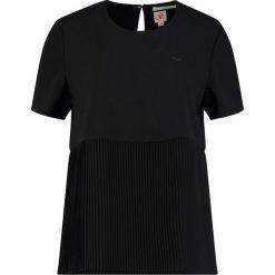 Lacoste LIVE Bluzka black. Czarne bluzki damskie Lacoste LIVE, s, z materiału. W wyprzedaży za 449,00 zł.