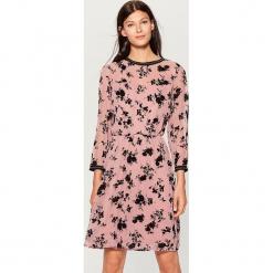 Szyfonowa sukienka w kwiaty - Różowy. Różowe sukienki marki numoco, l, z dekoltem w łódkę, oversize. Za 149,99 zł.