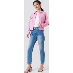 NA-KD Krótka kurtka bawełniana - Pink. Różowe kurtki damskie NA-KD, z bawełny. W wyprzedaży za 97,18 zł.