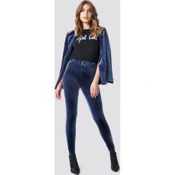 Galore x NA-KD Aksamitne spodnie z wysokim stanem - Blue. Niebieskie spodnie z wysokim stanem Galore x NA-KD, w paski, z materiału. Za 161,95 zł.