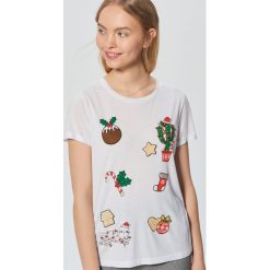 Świąteczna koszulka z nadrukiem - Biały. Białe t-shirty damskie marki Cropp, l, z nadrukiem. Za 49,99 zł.