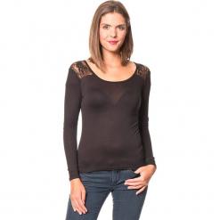 Koszulka w kolorze czarnym. Czarne bluzki koronkowe Assuili, klasyczne, z okrągłym kołnierzem, z długim rękawem. W wyprzedaży za 45,95 zł.