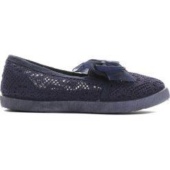 Granatowe Tenisówki Can I Have. Niebieskie buty sportowe dziewczęce Born2be, w koronkowe wzory, z koronki, z okrągłym noskiem. Za 29,99 zł.