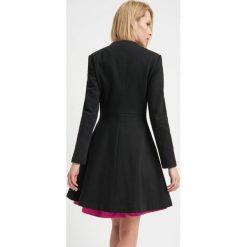 Płaszcze damskie pastelowe: Rozkloszowany płaszcz
