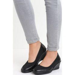 Czarne Czółenka Before I Met You. Czarne buty ślubne damskie marki Born2be, ze skóry, z okrągłym noskiem, na niskim obcasie, na koturnie. Za 49,99 zł.