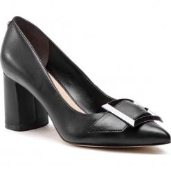 Półbuty GUESS - FL5DEN LEA08 BLACK. Czarne półbuty damskie skórzane Guess, z aplikacjami, eleganckie, na obcasie. Za 689,00 zł.
