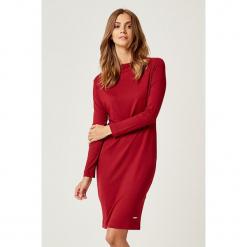 Sukienka w kolorze bordowym. Czerwone długie sukienki marki SCUI, s, z dekoltem w łódkę, z długim rękawem. W wyprzedaży za 119,95 zł.