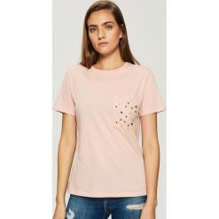 T-shirt z perłową aplikacją - Różowy. Czerwone t-shirty damskie Sinsay, l, z aplikacjami. Za 29,99 zł.