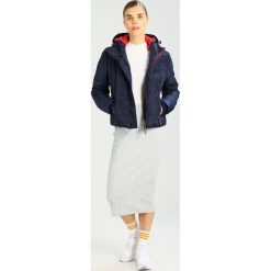Superdry SPORTS PUFFER Kurtka zimowa dark blue. Szare kurtki damskie zimowe marki Superdry, l, z nadrukiem, z bawełny, z okrągłym kołnierzem. W wyprzedaży za 415,20 zł.