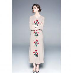 Sukienka w kolorze beżowym. Brązowe długie sukienki marki Zeraco, z dekoltem na plecach, proste. W wyprzedaży za 339,95 zł.